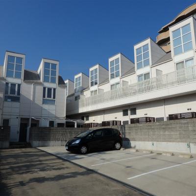 可愛らしい外観の2階建てマンションです。