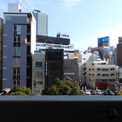 大通りに面しています。