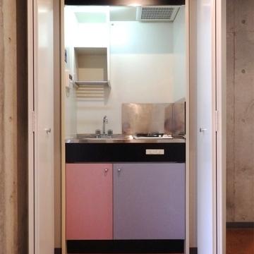 1口ガスコンロのキッチンは、隠せるように。