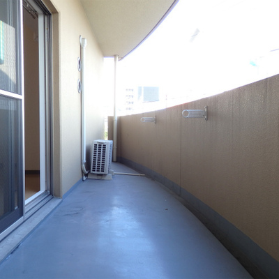 角部屋でバルコニーは結構広め。