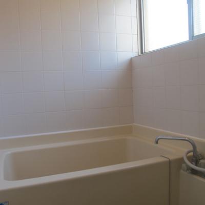 お風呂の壁は白タイルです、手が込んでます。