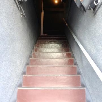 マンション正面の階段を登っていきます。