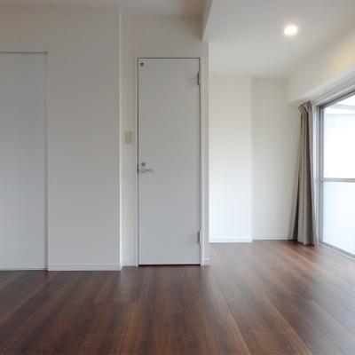 扉は少し細めで可愛らしい。