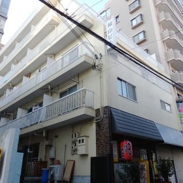 5階建てのレトロなマンションです。