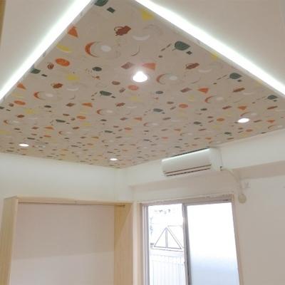 天井には可愛らしいデザインが施されています。