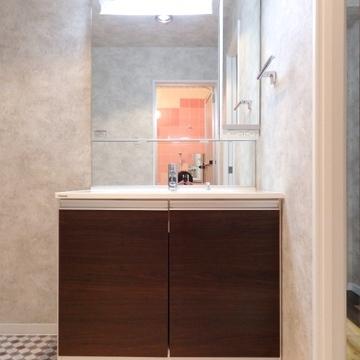 洗面所もチェッカー柄で。使いやすそうな洗面台です。