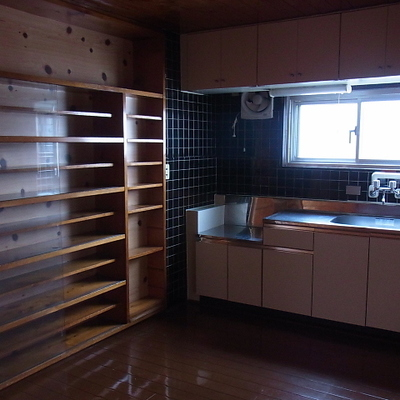キッチンにコンロは無し。備え付けの大きな棚があります