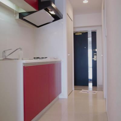 赤いキッチンが映える※写真は別部屋です。