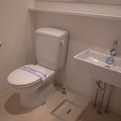 トイレ、洗面台は脱衣所に。※写真は別部屋です。