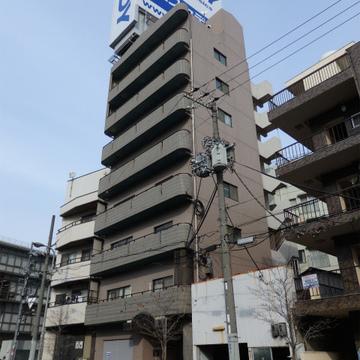 新御堂沿いの8階建てマンション。