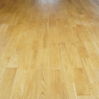 床材にはこだわりのヤマグリの無垢材使用!レアです。
