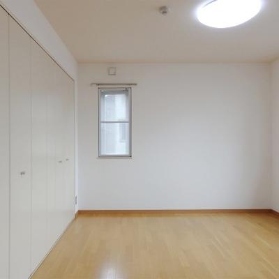 奥の8帖弱の洋室。二面採光で明るいです。