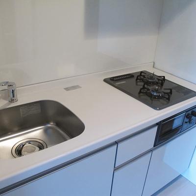 キッチンは白基調 シンクが丸っこくて可愛いです