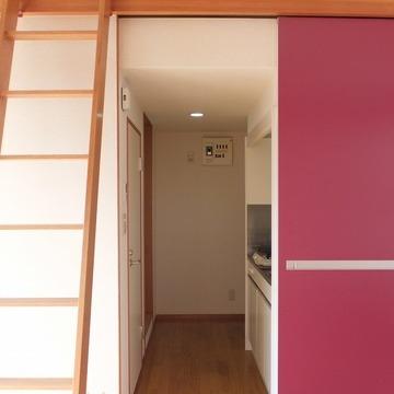 キッチンと玄関を仕切るドアはエンジ。 ※写真は前回募集時のものです