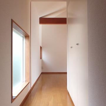 玄関から。窓がちょこちょこあって可愛らしい。 ※写真は前回募集時のものです