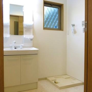 脱衣室にも窓があり、湿気をこもらせません。