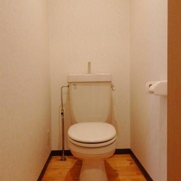 トイレも無垢床で。