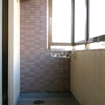 洗濯物を干すことができるベランダ。1階なので目隠しついています。