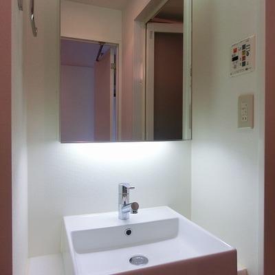 鏡の大きい洗面台。※写真は前回募集時のものです