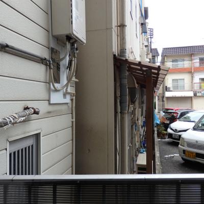 目の前はマンションと駐車場。