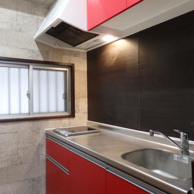 真っ赤なキッチンは1口のみ。