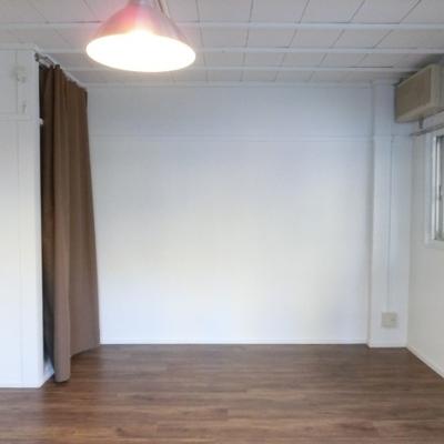 お部屋のこちら側はうまく収納スペースと活かしてあげて。