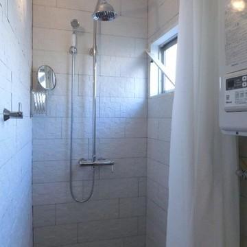 小窓つきのシャワールームでさっぱりと!