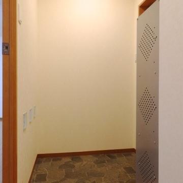 玄関部分。ちゃんと靴箱付いています。