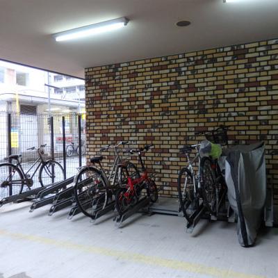 自転車置き場へ入るには鍵が必要です。