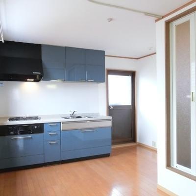ブルーのキッチンが印象的ですね。