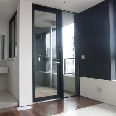 玄関を決める木材※写真は同じ間取りの別部屋