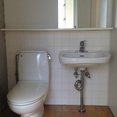 トイレ&洗面台、大きな鏡で広く感じ