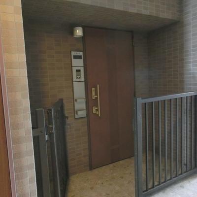 玄関ポーチがあるので外にも少しならモノが置けます!