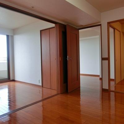 リビングと洋室との間には間仕切り扉が付いています