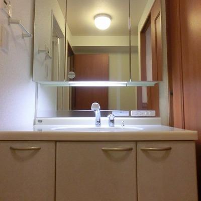 大きい鏡のある洗面台です