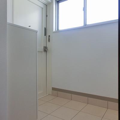 玄関部分も明るい白で※写真は別部屋です