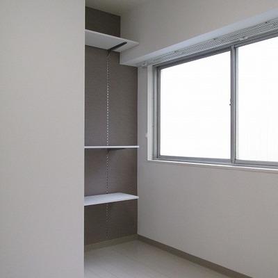 洋室には高さ調節のできる棚付※写真は別部屋です