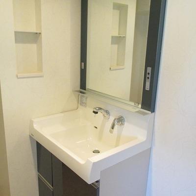 洗面脱衣室。ここにも収納有ります。※写真は別部屋です
