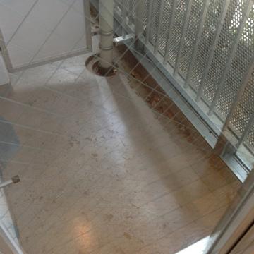 ベランダは狭め(写真は1階のお部屋です)