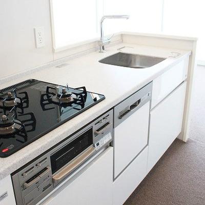 システムキッチン採用!ここでも白を基調としています