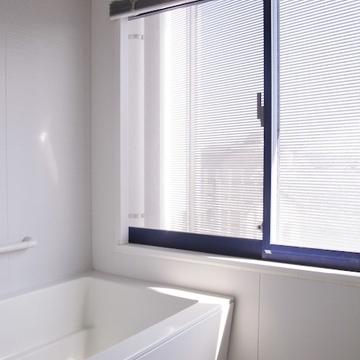 窓枠は珍しいブルー。アクセントになっています。 ※写真は別部屋です