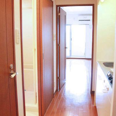 廊下にキッチン、バス、トイレが設置されています