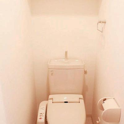 トイレもキレイで上には棚があります。