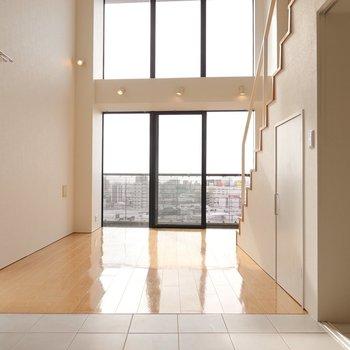 抜けた先には2階分の高さの大窓。お部屋からも名古屋の街を一望。