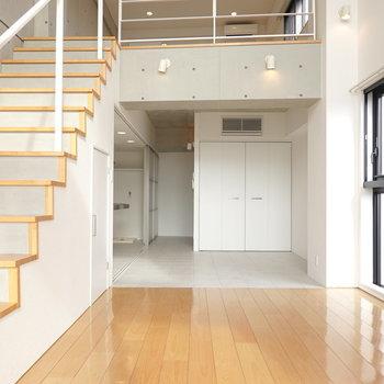 反対側から。キッチンやダブルドアのクローゼットは1階部分に。