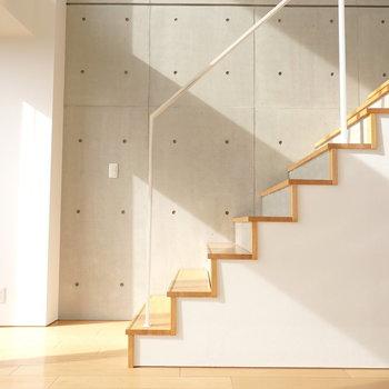 階段とコンクリと光の共演。芸術的だったので撮ってみました。