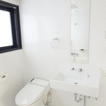 ミニマルな感じが堪らない。トイレはウォシュレット付きです。