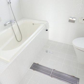 バス・トイレ・洗面台の3点セットですが、その雰囲気はまるでリゾート。