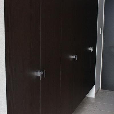 濃いめの扉がメリハリを出しています。※写真は別部屋になります。