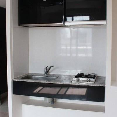 キッチンはお部屋に、少々狭いです※写真は別部屋になります。